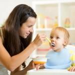 moeder laat kind proeven